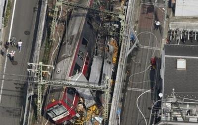 В Японии поезд столкнулся с грузовиком и сошел с рельсов