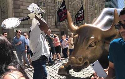 У Нью-Йорку вандал пошкодив статую бика