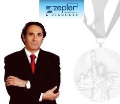 Господин Филип Цептер получил почетную медаль острова Эллис.
