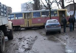 В Харькове трамвай сошел с рельсов, столкнулся с Daewoo и врезался в дерево