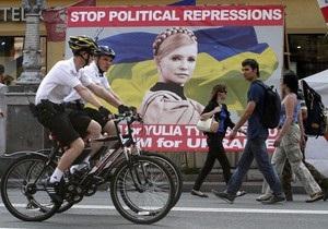 Сторонники Тимошенко в палаточном городке на Крещатике перевели лозунги на английский язык