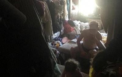 У Києві в заваленій сміттям квартирі знайшли 2-річну дівчинку
