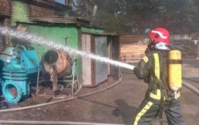 У Києві 40 рятувальників гасили пожежу на складах