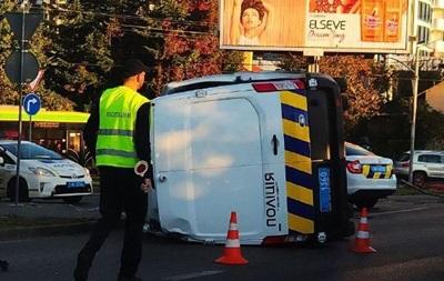 Во Львове авто копов перевернулось на перекрестке