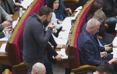 Разумков відчитав нардепів за куріння і їжу в залі Ради