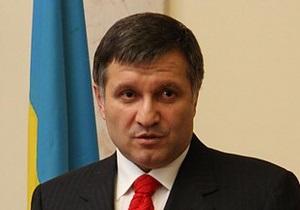 Аваков заявил, что возле харьковской ТИК собрались боевики