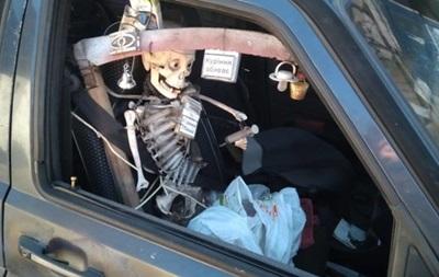 У Києві помітили авто зі скелетом замість пасажира