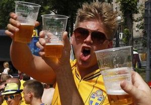 Азаров пообещал шведскому фанату бутылку пива, если Украина сегодня проиграет