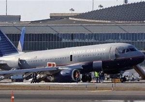 В аэропорту Ньюарка самолет United приземлился на правое крыло и двигатель