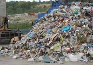 Мэр Тернополя пообещал безработным по 5 грн за мешок собранного мусора