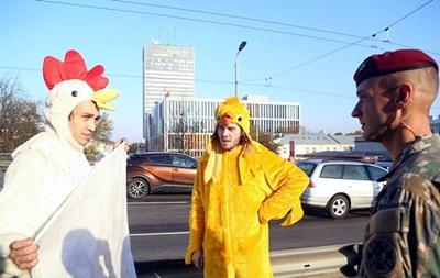 Зеленського в Ризі зустріли учасники мітингу в костюмі курей