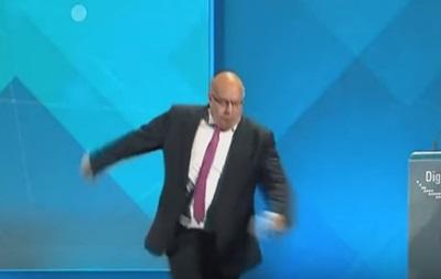 Соратника Меркель госпіталізували після падіння зі сцени