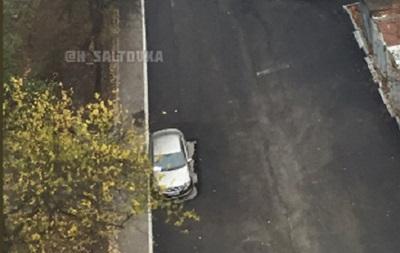 У Харкові дорожники поклали асфальт навколо авто