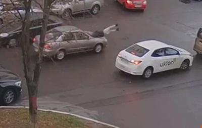 У Києві авто збило дівчину, яка посеред дороги вийшла з таксі
