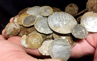 У Північній Ірландії шукали каблучку, а знайшли скарб золотих монет