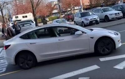Tesla без водія влаштувала гонки по зустрічній смузі