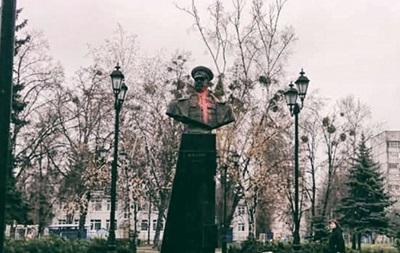 В Харькове радикалы осквернили памятник Жукову