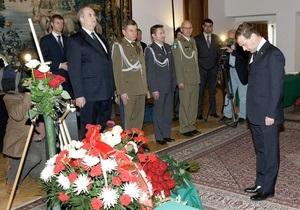 Медведев возложил цветы к фотографии Качиньских в посольстве Польши
