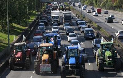 Трактористи заблокували під їзди до Парижа