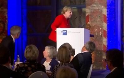 Меркель впала, піднімаючись на сцену