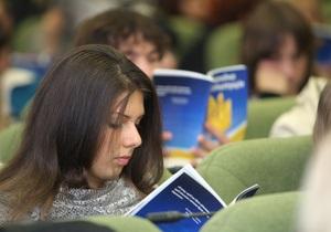 В октябре средняя зарплата украинца снизилась на один доллар