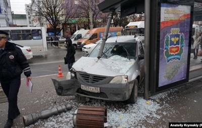 В Крыму автомобиль снес остановку с людьми