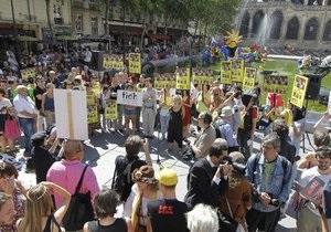 В Париже несколько сотен сторонников Pussy Riot провели акцию протеста