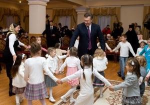 Дети-сироты подготовили к приезду Януковича концерт, а он подарил им ключи от автобуса