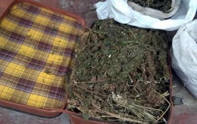 На Донеччині чоловік заставив будинок ящиками марихуани