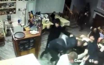В кафе Мукачево ворвались неизвестные и избили посетителей киями