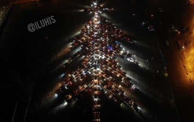 У Харкові сотні машин створили автоялинку