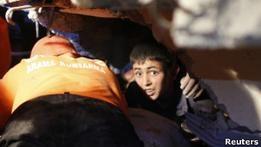 В Турции идут поиски выживших под завалами