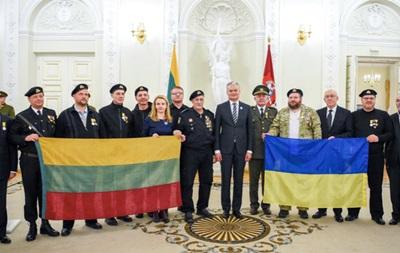 В Литве наградили украинцев, охранявших Совет страны в 1991 году
