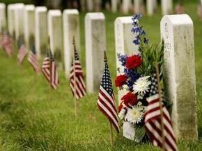 В США супруги выложили двор 77 надгробными плитами с могил ветеранов