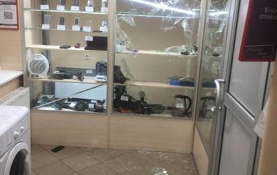 В Житомире иностранец устроил погром в ломбарде и унес технику