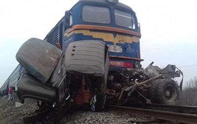 Поезд протаранил ЗИЛ на Закарпатье: названо число жертв