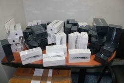 Украинские таможенники изъяли у американца более сорока новых iPhone 5