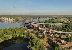 Азаров пообещал через полтора года открыть мост-долгострой в Запорожье