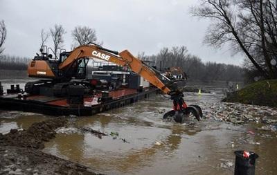 Венгры чистят реку от мусора из Украины