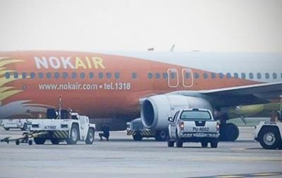 В Таиланде самолет раздавил авто с водителем