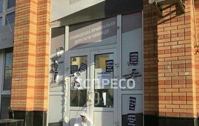 Дверь в приемную депутатов Киевсовета залили монтажной пеной