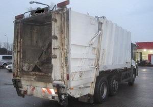 В Киеве во дворе дома водитель мусоровоза насмерть сбил пенсионерку