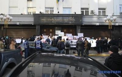 Под окнами Рябошапки активисты требуют освободить Кузьменко