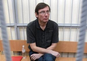 Защита просит суд госпитализировать Луценко