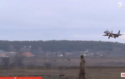 Льотчики ЗСУ показали фігури вищого пілотажу