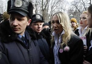 Милиция помешала участницам движения FEMEN раздеться под зданием Кабмина