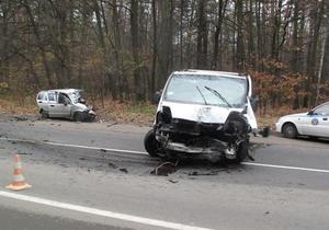 Под Киевом из-за столкновения автомобиля с микроавтобусом погибли три человека