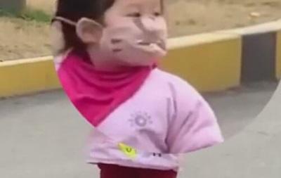 Девочка в маске и печенье
