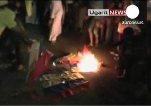 Сирийские демонстранты сожгли российские флаги