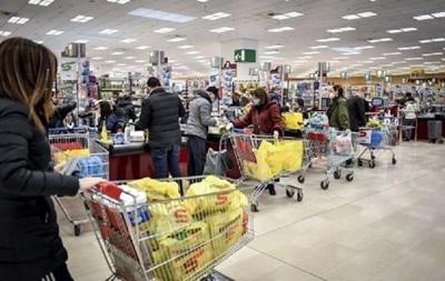 Карантин: образуются очереди в супермаркетах Киева